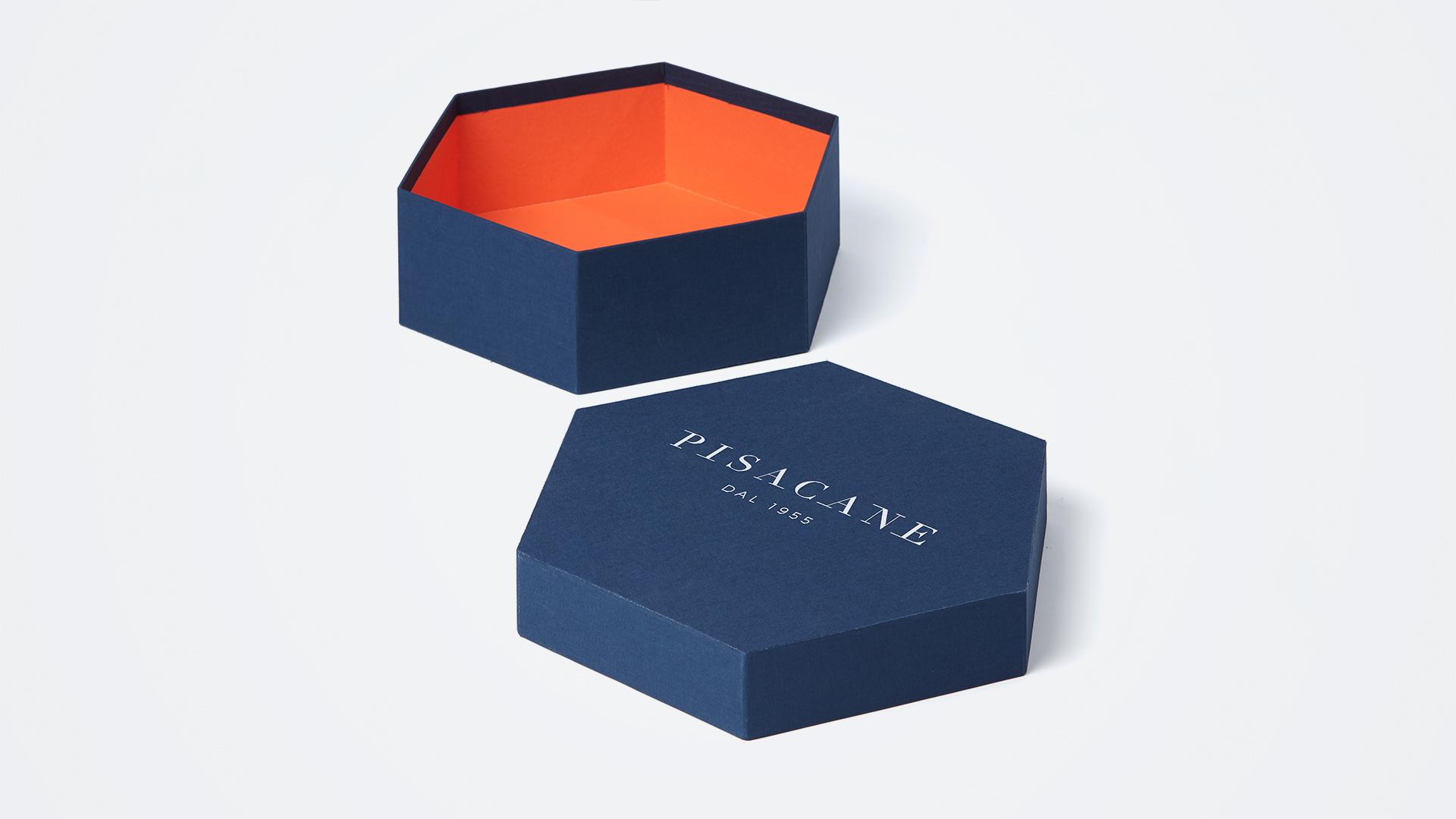 scatola esagonale in tela e logo mettallico