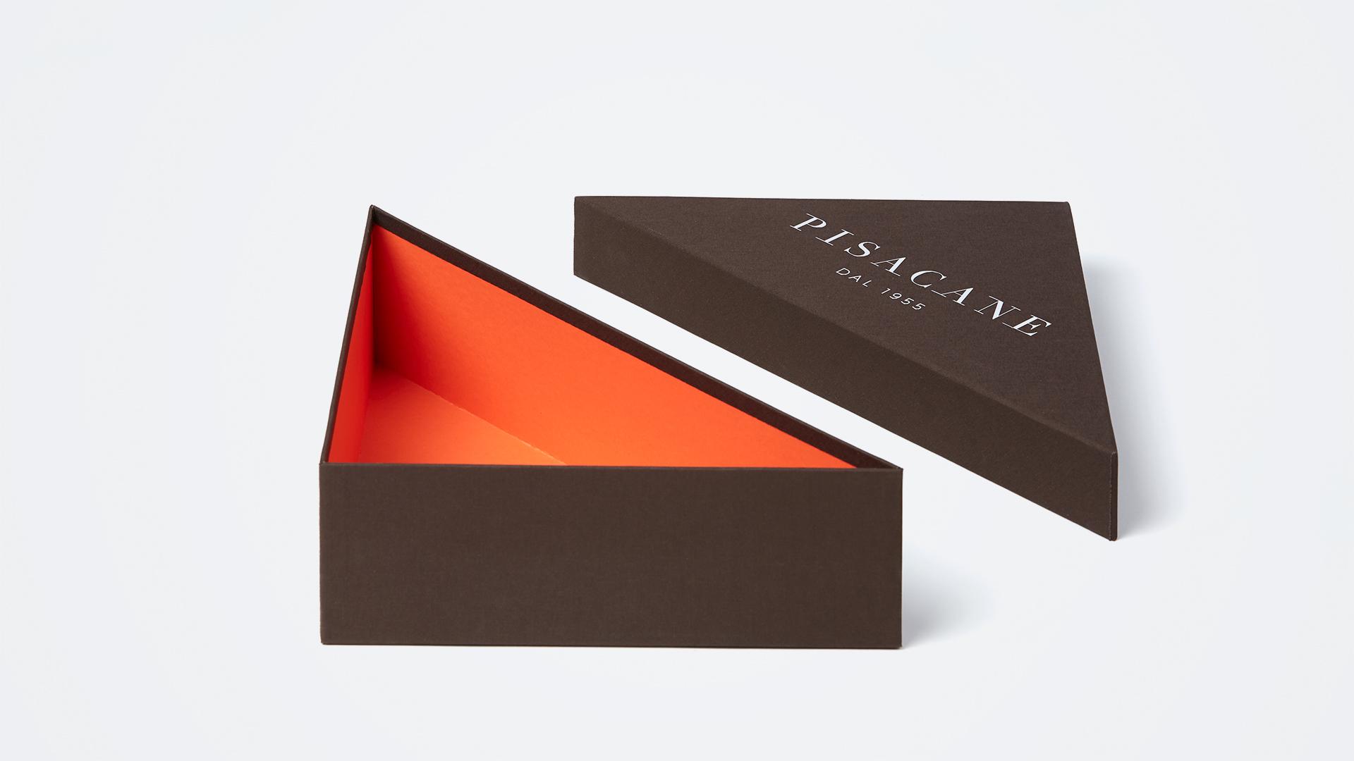 scatola triangolare in tela e logo metallico